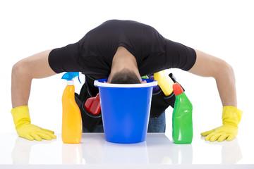 Hausmann steckt den Kopf in den Reinigungseimer
