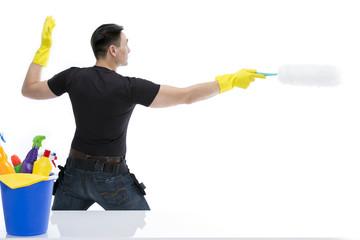Hausmann kämpft mit Staubwedel gegen Schmutz