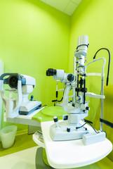 Studio oculistico, sala operatoria con strumenti medici