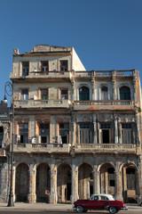 Voiture américaine devant un immeuble délabré du Malecon
