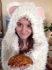 плюшка в руках девушки в мохнотой накидке с ушками