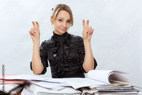 Young girl signs quotation marks by fingers