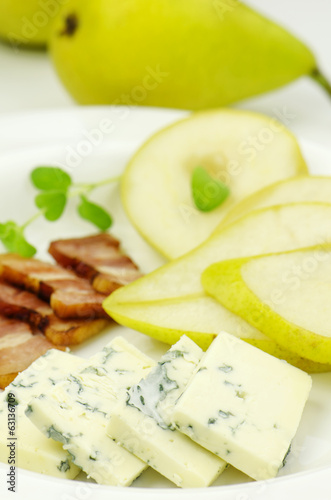 Pear with gorgonzola and bacon