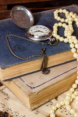 Старые книги и карманные часы