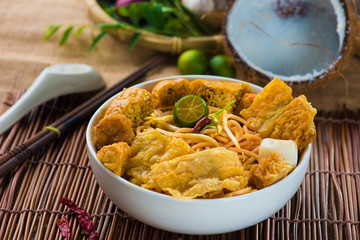 singapore curry noodles with tradtional setting