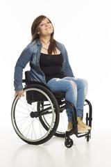 lächelnde junge Frau im Rollstuhl