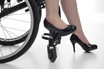 hohe Schuhe einer Rollstuhlfahrerin