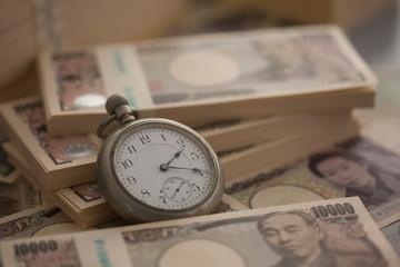 札束と懐中時計