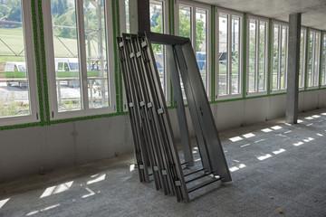 Fensterrahmen auf einer Baustelle