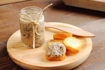 Melba toasts with mushroom spread