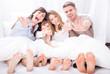 Familie zu Hause mit Kindern