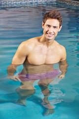 Mann im Wasser im Schwimmbad