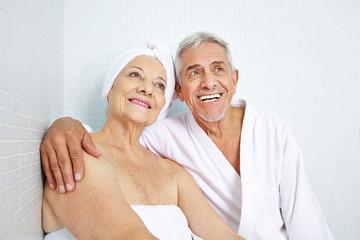 Glückliche Senioren entspannen nach der Sauna