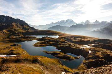 Lago di montagna all'alba in autunno
