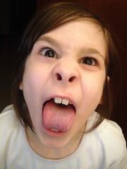 Bambina arrabbiata che fa le boccacce