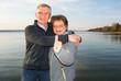 Glückliche Senioren mit Daumen hoch