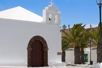 Iglesia blanca en la Isla