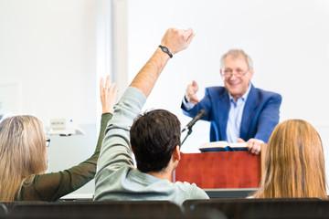 Studenten im Uni Hörsaal in Vorlesung