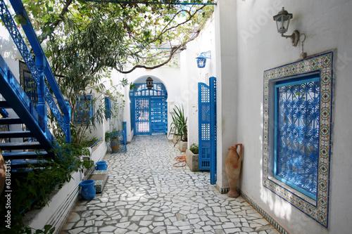 Foto op Canvas Tunesië Courtyard in Sidi Bou Said