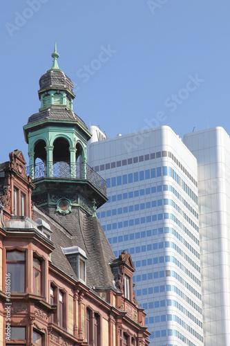 historisches Stadthaus und modernes Hochhaus