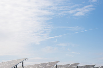 ソーラーパネルと青空