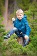 Маленький мальчик отдыхает в лесу