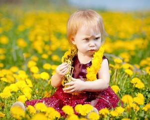 Маленькая девочка на цветочной поляне