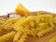Nudeln mit kleiner Reibe und einer Ecke Käse