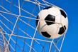 Fußball Treffer, mit blauem Himmel