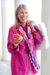 Seniorin in der Stadt beim Einkauf