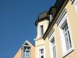 Sanierte beigefarbene Altbaufassade und Neubau in Oerlinghausen