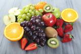 Fototapeta frutta su tavolo grigio