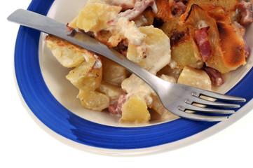 Assiette de pommes de terre gratinées aux lardons