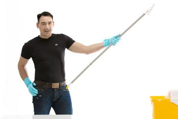 Reinigungskraft mit Wischmop in der Hand lächelt