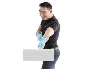 Männliche Reinigungskraft hält Wischmop zum Betrachter lächel