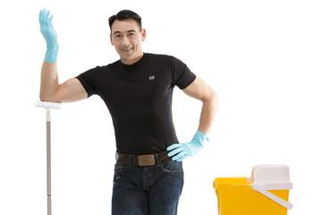 Reinigungskraft präsentiert Wischmop und Putzeimer