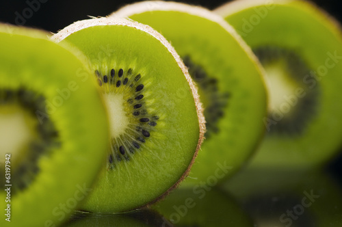 kiwi fruits in a row