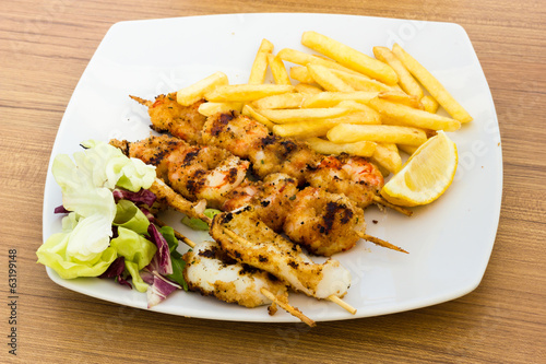Seafood skewers with chips