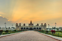 coucher du soleil au palais de Mysore, en Inde