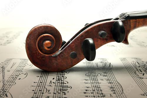 Staande foto Muziekwinkel Pegbox and scroll of violin on sheed music.