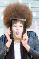Junge Frau mit Tablet und Selfie