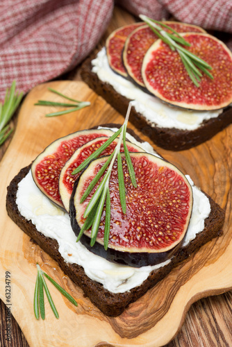 rye bread with goat cheese, figs, honey and rosemary
