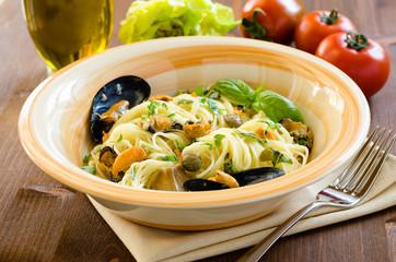 Spaghetti con cozze e capperi, cucina mediterranea