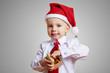 Kind öffnet Weihnachtsgeschenk