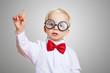 Leinwanddruck Bild - Kind mit Brille meldet sich in Vorschule