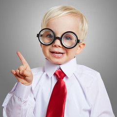 Kluges Kind mit Brille meldet sich
