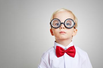 Kind mit Brille und Fliege