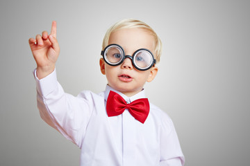 Kind mit Brille meldet sich in Vorschule