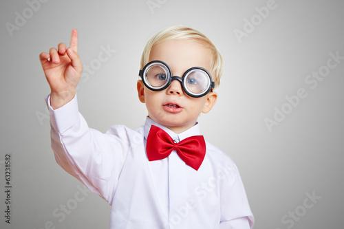Leinwanddruck Bild Kind mit Brille meldet sich in Vorschule