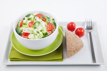 Frischer Salat mit Brötchen